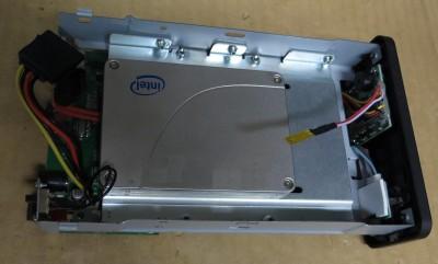 HDDケースを分解してSSDを設置した様子