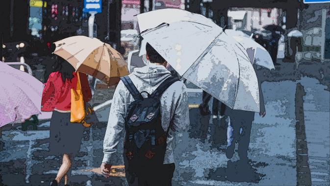 イラスト風にレタッチした雨の中傘をさす人々の写真