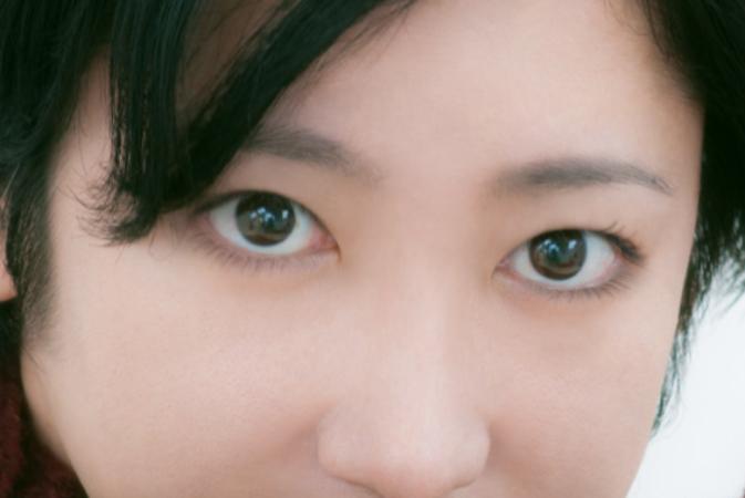 化粧をした目元のアップ