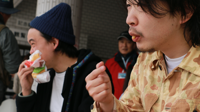 まるおとデザインちーむのんさんはハンバーガ-を食べます。アップ画像