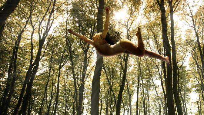 空中浮遊する女性アップ