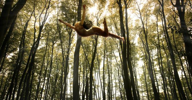 空中浮遊する女性