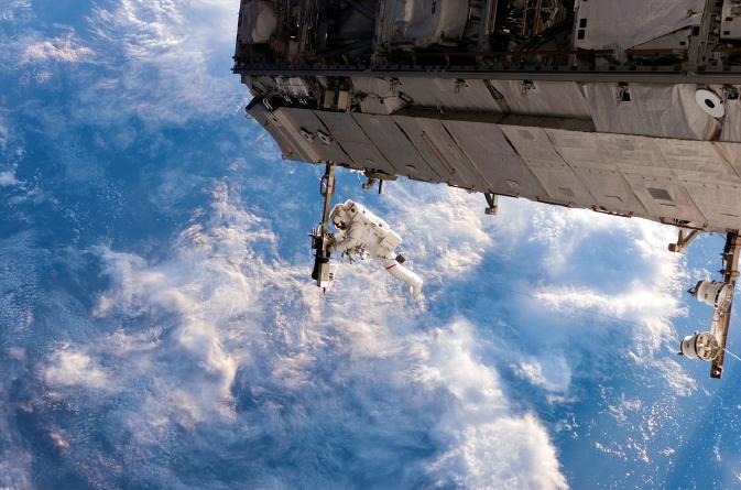 ノリ素材写真「宇宙飛行士の船外作業」