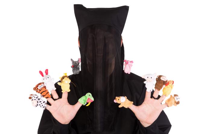 めい素材写真「フィンガーパペットをする黒子」